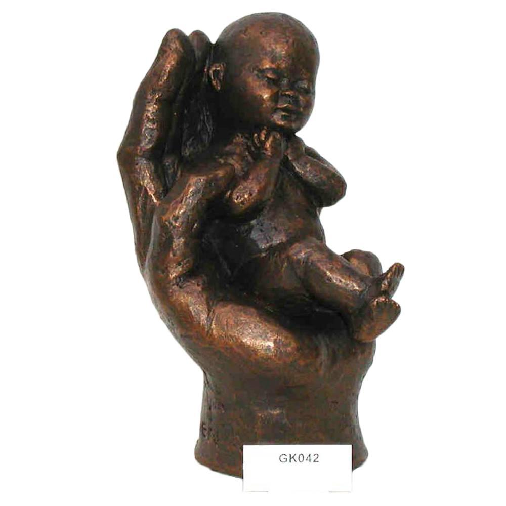 Beeld Hand met baby erin
