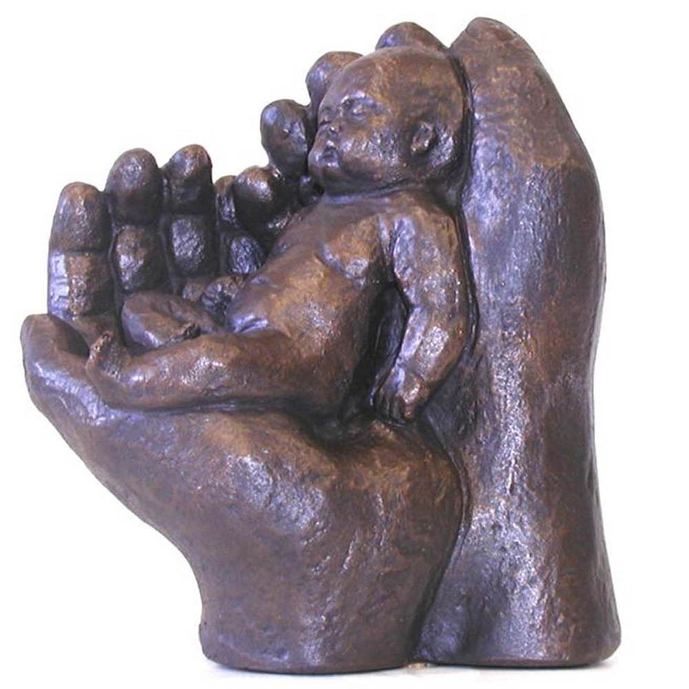 Beeld Twee handen met baby